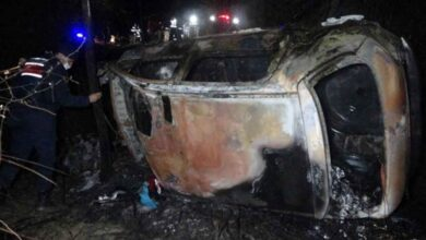 Photo of Şarampole yuvarlanan otomobil alev aldı: 2 ölü