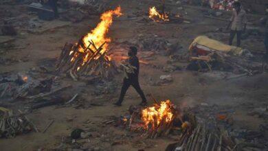Photo of Koronadan ölenler boş arazilerde yakılıyor