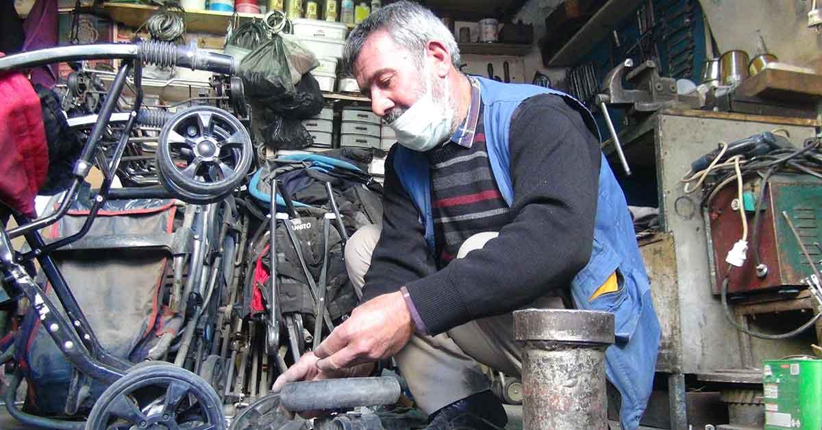Urfa'da Bozulan bebek arabalarını onararak iki aileyi geçindiriyorlar