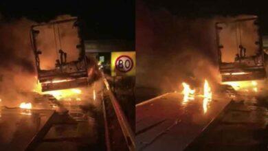 Photo of Köpük tabak yüklü TIR'ın dorsesi alev alev yandı