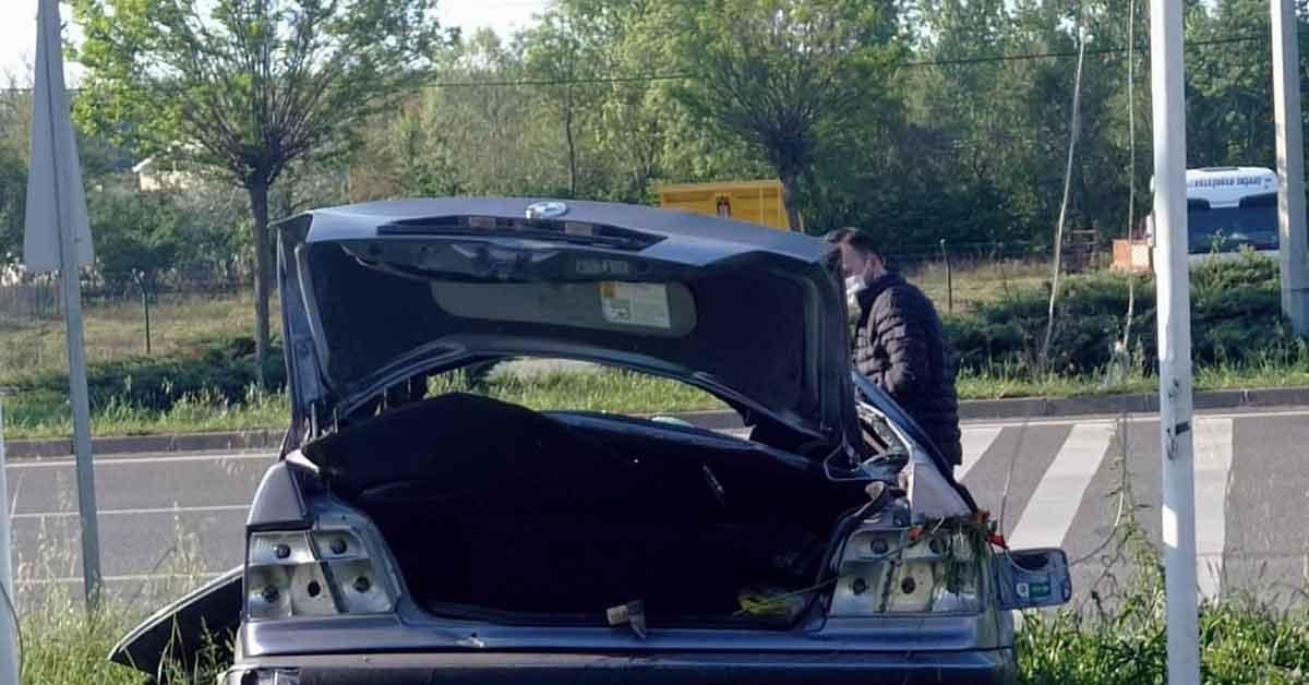 Otomobil kamyonetle çarpıştı: 2 yaralı