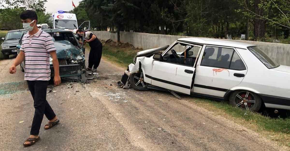 Boş yolda iki otomobil kafa kafaya çarpıştı: 2 ağır yaralı