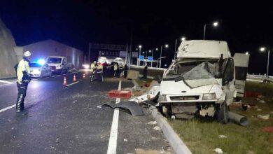 Photo of Minibüs aydınlatma direğini devirdi: 1'i ağır 2 yaralı