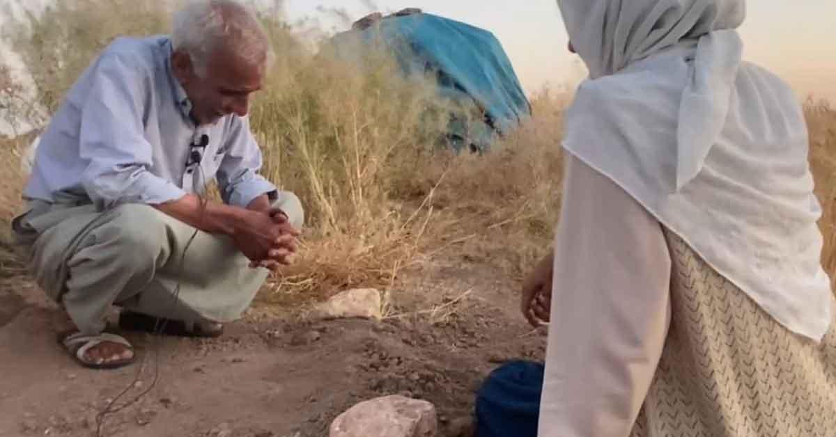 Urfa'da Çocuğu olmayan yaşlı çift ölen köpekleri için gözyaşı döktü