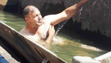 Photo of Urfa'da Sıcaklıktan bunalınca kepçeyi havuza çevirdi