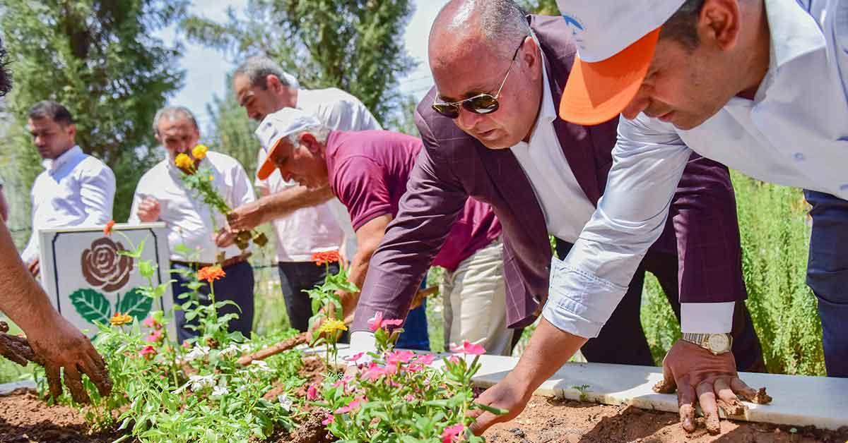 Başkan Soylu, Şehitlerin Kabirlerini Rengârenk Süs Bitkileriyle Donattı