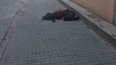 Photo of Urfa'da Bu Baba Bebeği İle Sokakta Uyuyor