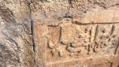Photo of Urfa'da tarihi taşı park duvarına yama yapmışlar!
